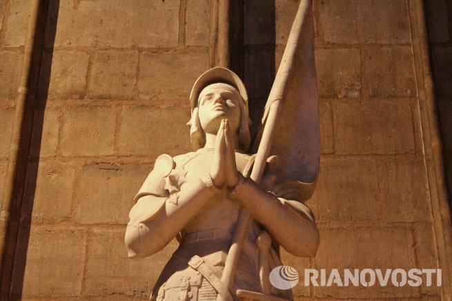 статуя Жанны д'Арк в Соборе парижской Богоматери