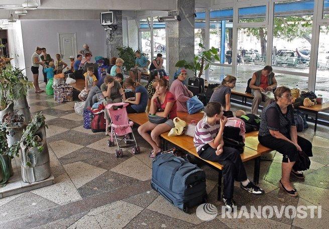 Беженцы из Юго-Востока Украины в пункте помощи беженцам лагеря Артек