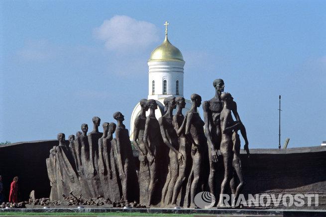 Скульптурная композиция Трагедия народов в Парке Победы