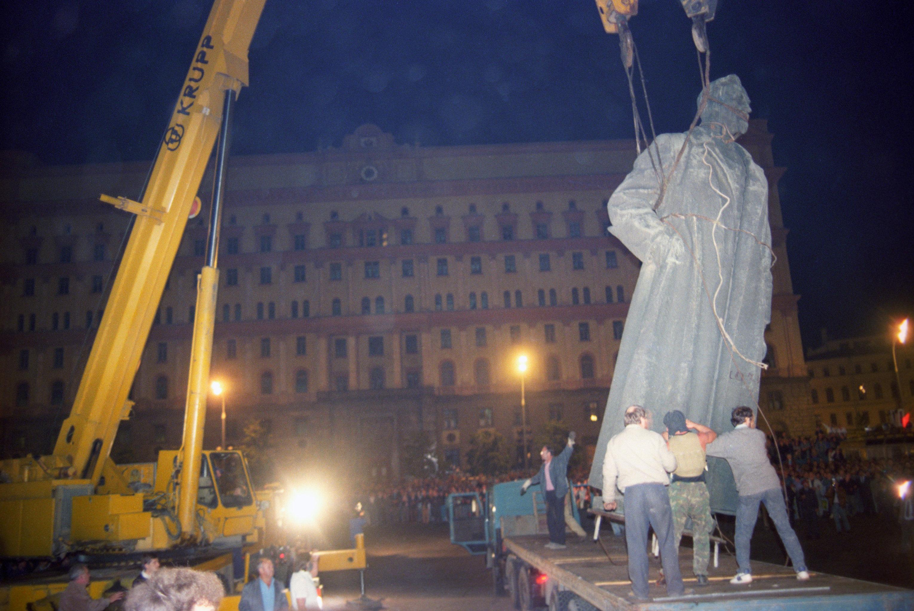 Демонтаж памятника Ф.Э. Дзержинскому в Москве