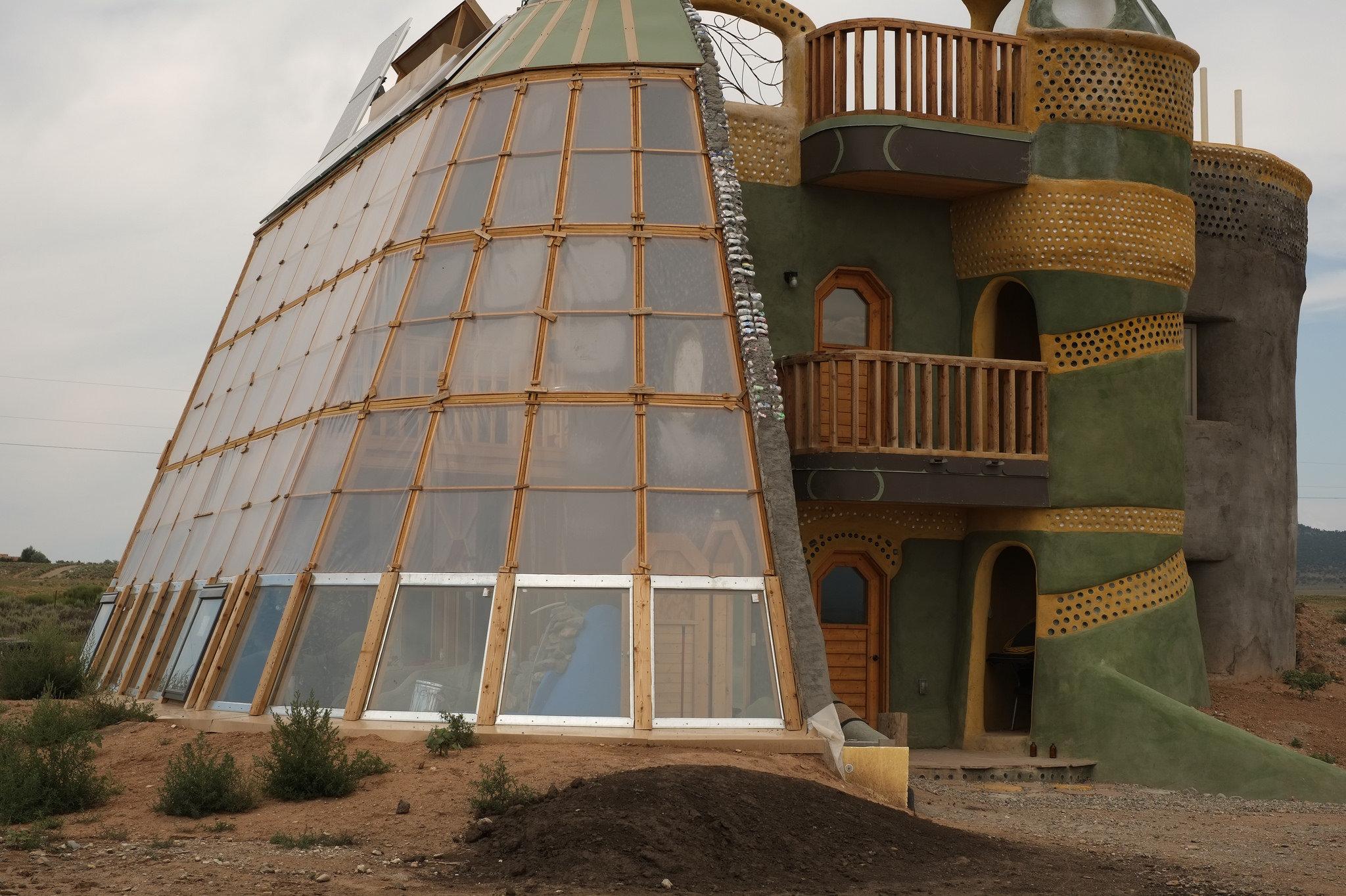 Дом из мусора от Майкла Рейнолдса в штате Нью-Мексико