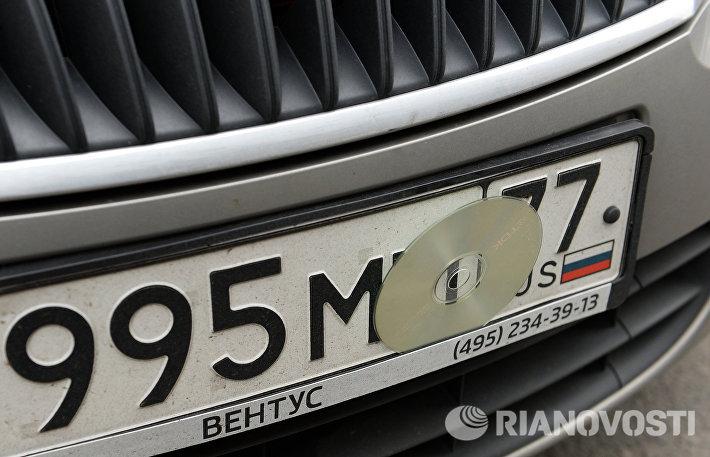 Скрытые номера на припаркованных автомобилях в Москве