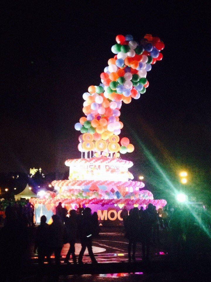 Торт со светящимися шарами на Воробьевых горах в Москве