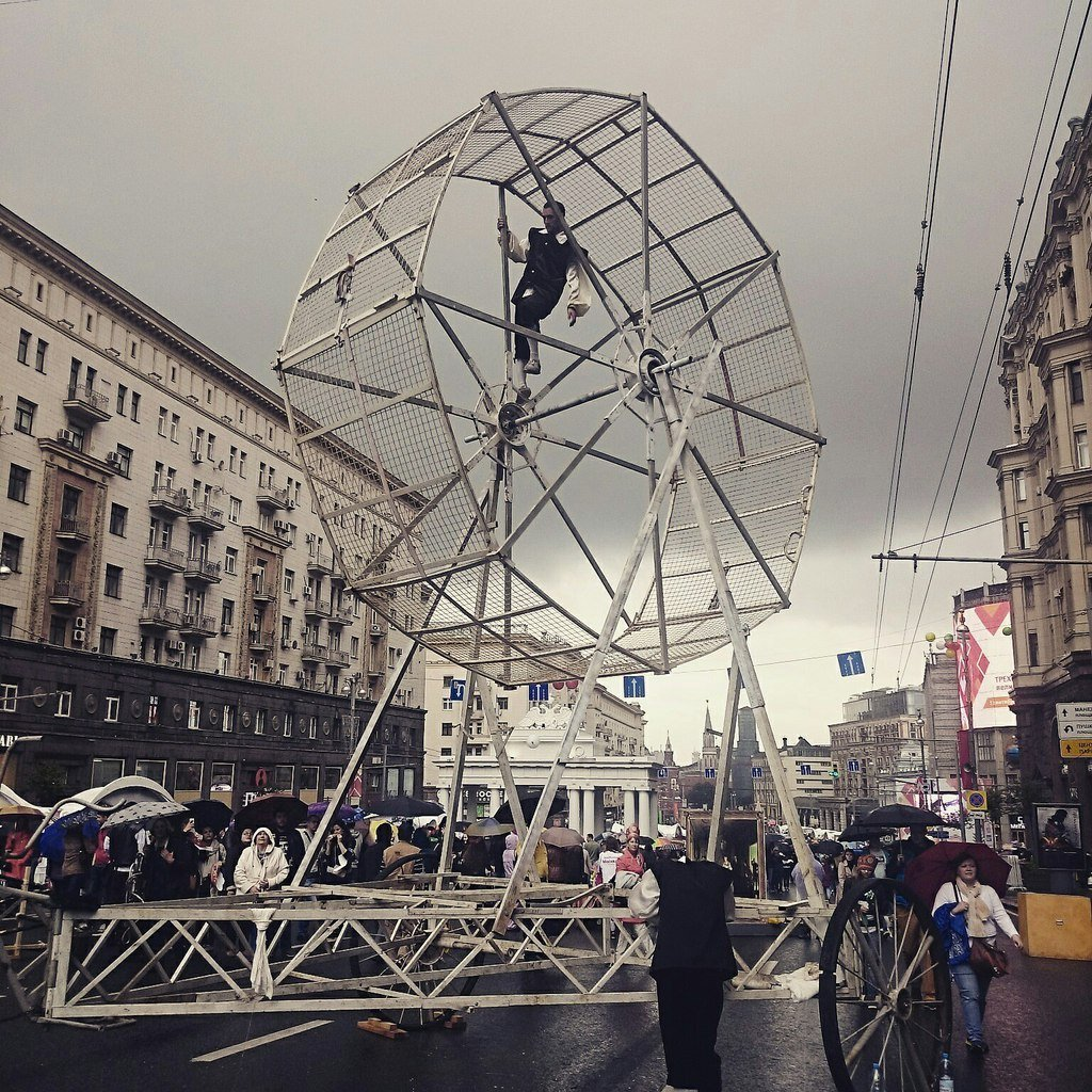 Акробат на улице Тверской в Москве в День города