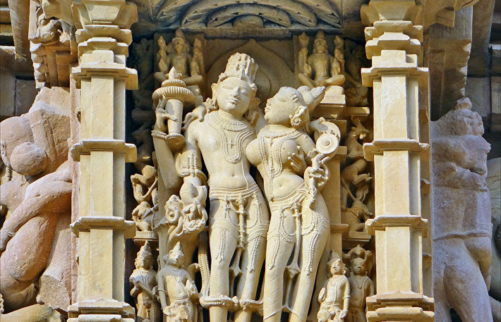 Скульптура бога Вишну и богини Лакшми на храме Каджурахо