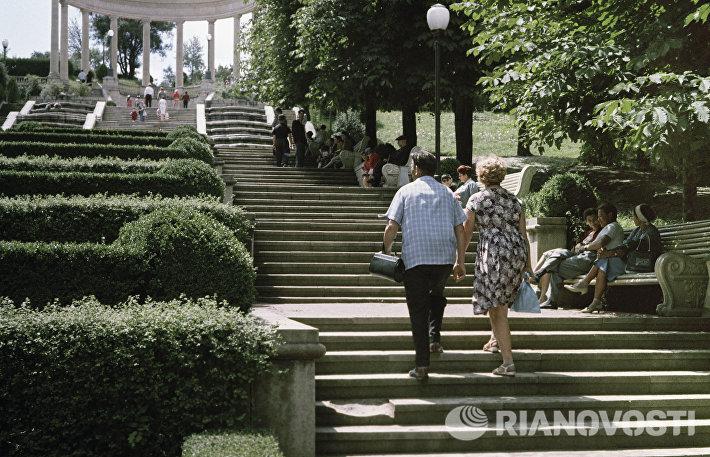 Отдыхающие поднимаются по Каскадной лестнице в Кисловодске