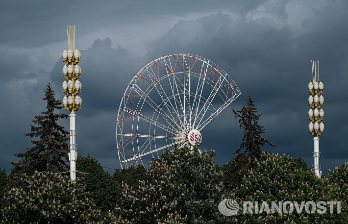 Демонтаж аттракциона Колесо обозрения на ВДНХ в Москве