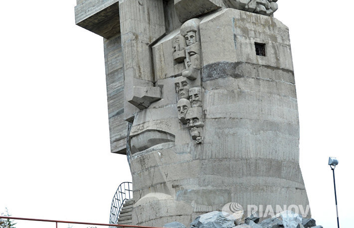 Монумент Маска скорби в Магадане работы скульптора Эрнста Неизвестного, посвященный памяти жертв массовых репрессий в СССР.