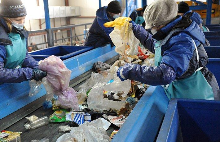 Сотрудники мусоросортировочного завода