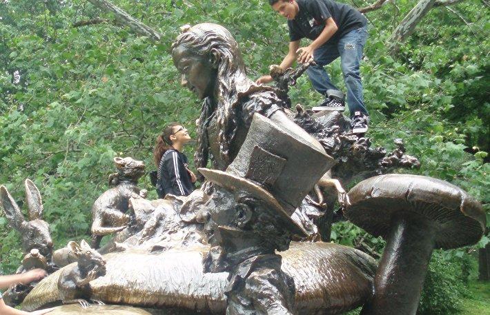 Скульптура Алиса в Стране чудес в Нью-Йорке