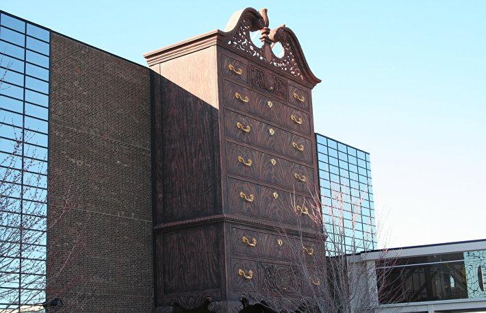 Комод высотой почти 26 метров у входа в торговый центр в Хай-Пойнте