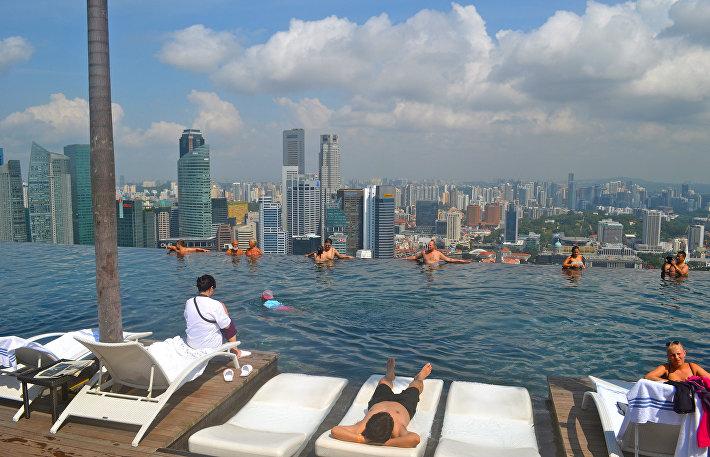 Бассейн на крыше отеля Marina Bay Sands Skypark в Сингапуре