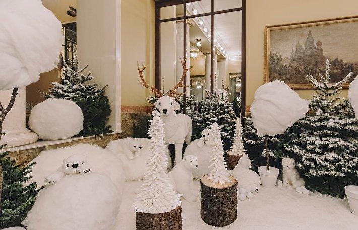 Белые елки в окружении игрушек