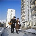 Инженер института Гипротис А. Гуськов и его жена готовятся к Новому году