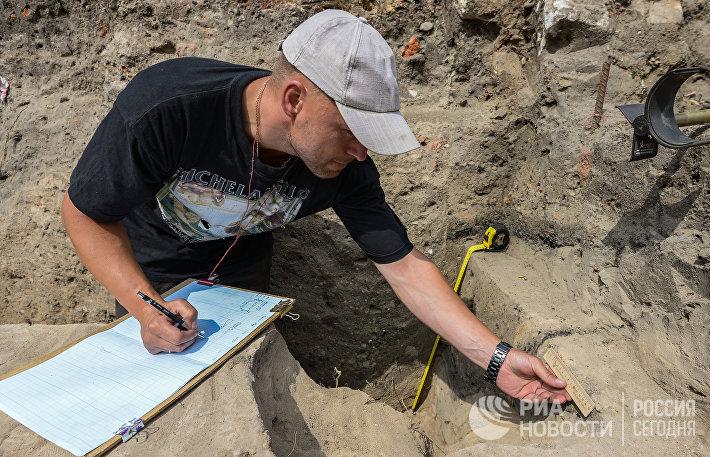 Археолог на раскопках