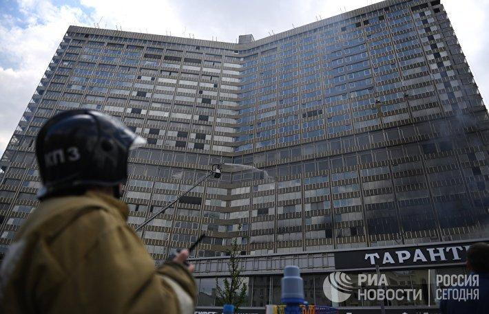 Высотное здание горит на Новом Арбате в Москве
